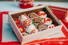 Плодоовощи в шоколаде в коробке на таблице Стоковые Фото