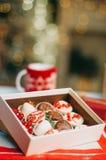 Плодоовощи в шоколаде в коробке на таблице Стоковое Изображение RF