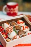 Плодоовощи в шоколаде в коробке на таблице Стоковые Изображения