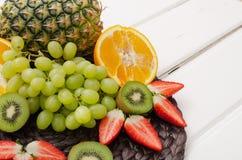 Плодоовощи и ягоды на белой древесине стоковое изображение rf