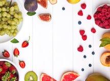Плодоовощи и ягоды на белом деревянном столе, взгляд сверху стоковое фото