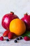 Плодоовощи и ягоды на светлой предпосылке Стоковое Изображение RF
