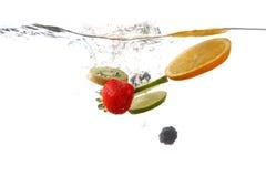 Плодоовощи падая в брызгать чистую воду Стоковое Изображение RF
