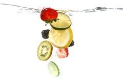 Плодоовощи падая в брызгать чистую воду Стоковые Фотографии RF