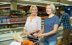 Плодоовощи помадки людей покупая Стоковое Изображение RF