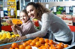 Плодоовощи приобретения женщины и маленькой девочки Стоковое фото RF