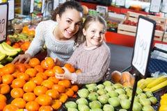 Плодоовощи приобретения женщины и маленькой девочки Стоковое Изображение RF