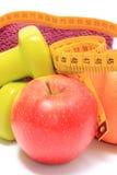 Плодоовощи, рулетка, зеленые гантели и полотенце на белизне Стоковое Изображение