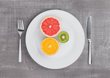 Плодоовощи смешивают апельсин и киви грейпфрута на плите Стоковая Фотография RF