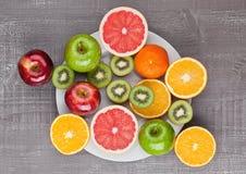 Плодоовощи смешивают апельсин и киви грейпфрута на плите Стоковые Фотографии RF