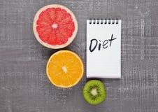 Плодоовощи смешивают киви грейпфрута оранжевый с знаком диеты Стоковое Фото