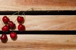 Плодоовощи сладостной вишни на деревянных плитах, места для текста, взгляд сверху Стоковое Изображение RF