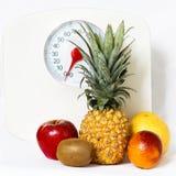 Плодоовощи с масштабом веса Стоковые Фото