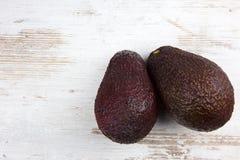 2 плодоовощ авокадоа на деревянной предпосылке Стоковое фото RF