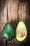 Плодоовощ авокадоа над деревянной предпосылкой Свежее зеленое frui авокадоа Стоковые Изображения RF