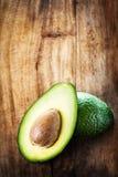 Плодоовощ авокадоа над деревянной предпосылкой Свежее зеленое frui авокадоа Стоковое фото RF