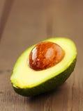 Плодоовощ авокадоа на коричневой деревянной старой таблице Стоковые Фотографии RF