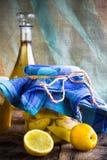 Плодоовощ айвы опарника спирта отрезанный настойкой подготавливает деревянную установку Стоковая Фотография RF