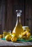 Плодоовощ айвы спирта отрезанный настойкой подготавливает деревянную установку Стоковые Фотографии RF