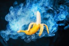 Плодоовощ банана на предпосылке с дымом vape Стоковое Изображение RF