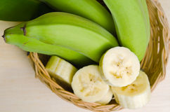 Плодоовощ банана отрезанный на плите с лист Стоковые Изображения