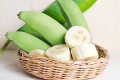Плодоовощ банана отрезанный на плите с лист Стоковое фото RF