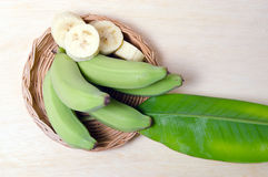 Плодоовощ банана отрезанный на плите с лист Стоковая Фотография
