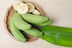 Плодоовощ банана отрезанный на плите с лист Стоковое Изображение