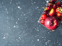 Плодоовощ в тележке супермаркета на черноте Стоковое Изображение RF