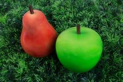 2 плодоовощ, груша и трава зеленого appleunder зеленая для детей Стоковые Изображения RF
