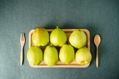 Плодоовощ груши на деревянной плите Стоковые Изображения