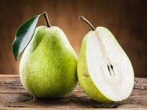 Плодоовощ груши с лист на деревянной предпосылке Стоковое фото RF