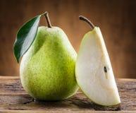Плодоовощ груши с лист на древесине Стоковые Фото
