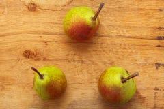 3 плодоовощ груш на деревянной предпосылке таблицы Стоковое Фото