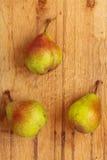 3 плодоовощ груш на деревянной предпосылке таблицы Стоковое фото RF