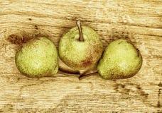 3 плодоовощ груш на деревянном столе Стоковое Изображение RF