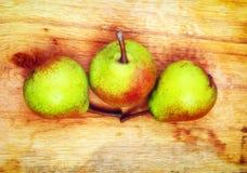 3 плодоовощ груш на деревянном столе Стоковая Фотография