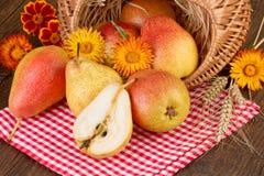 Плодоовощ груш на красной checkered скатерти Стоковые Фото