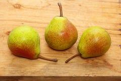 3 плодоовощ груш на предпосылке деревянного стола Стоковое фото RF