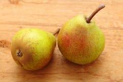 2 плодоовощ груш на предпосылке деревянного стола Стоковая Фотография