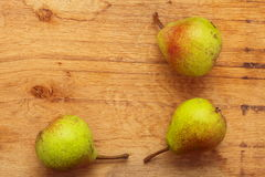 3 плодоовощ груш на предпосылке деревянного стола Стоковые Фото