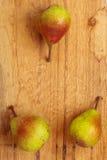 3 плодоовощ груш на предпосылке деревянного стола Стоковое Изображение RF