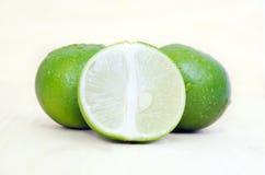 Плодоовощ лимона или известки с половинным поперечным сечением и частично разделом Стоковая Фотография