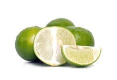 Плодоовощ лимона или известки с половинным поперечным сечением и частично разделом Стоковые Изображения