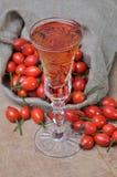 Плодоовощ и ликер плода шиповника в стекле Стоковая Фотография RF