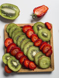 Плодоовощ и клубники кивиа на белизне Стоковые Изображения RF