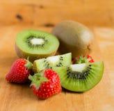 Плодоовощ и клубники кивиа Стоковые Фотографии RF