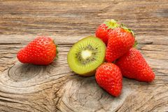 Плодоовощ и клубники кивиа Стоковое Изображение RF