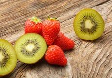 Плодоовощ и клубники кивиа Стоковые Изображения RF