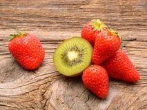 Плодоовощ и клубники кивиа Стоковые Изображения